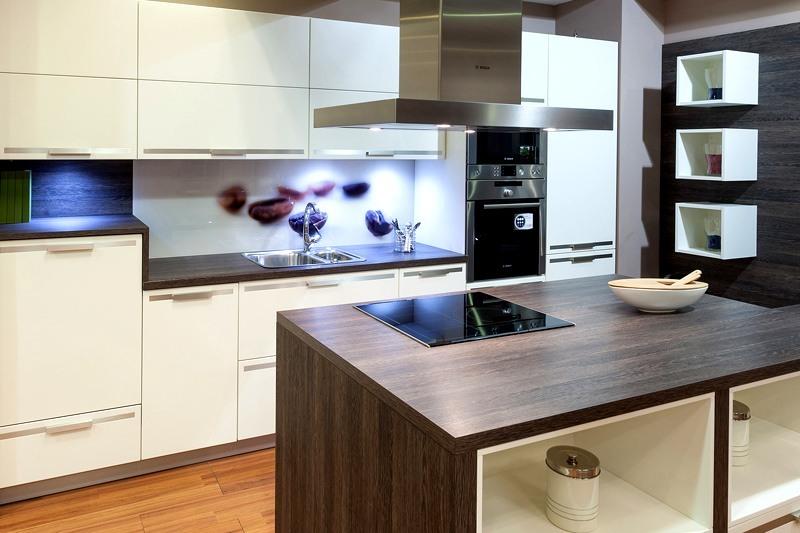 Cocinas con isla forradas de madera