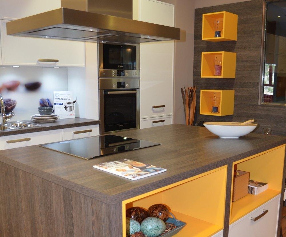Cocinas con isla forradas de madera for Cocinas amplias con isla