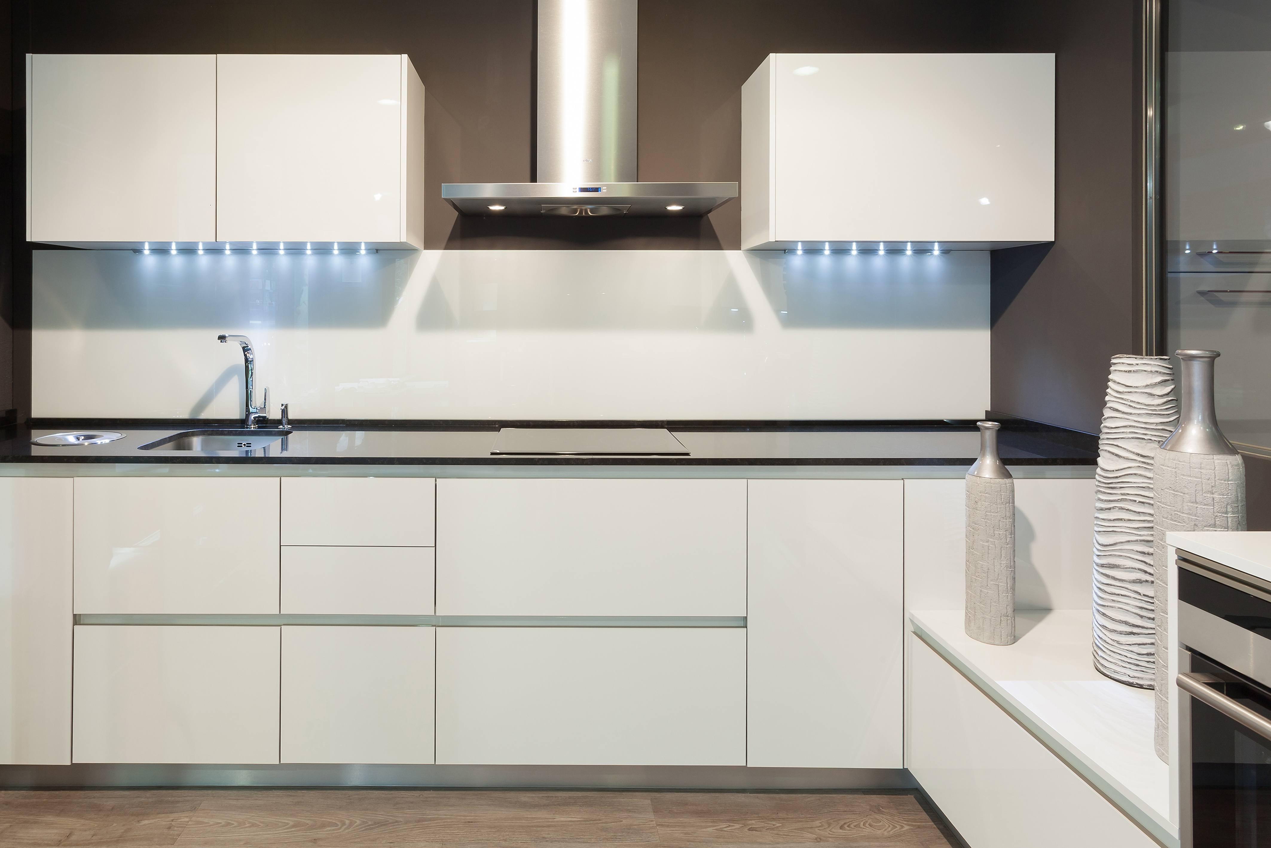 C mo se fabrica una cocina laminada cocinas r o for Cocinas integrales de alta gama