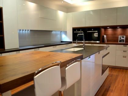 Maderas que rompen con la luminosidad de las cocinas blancas