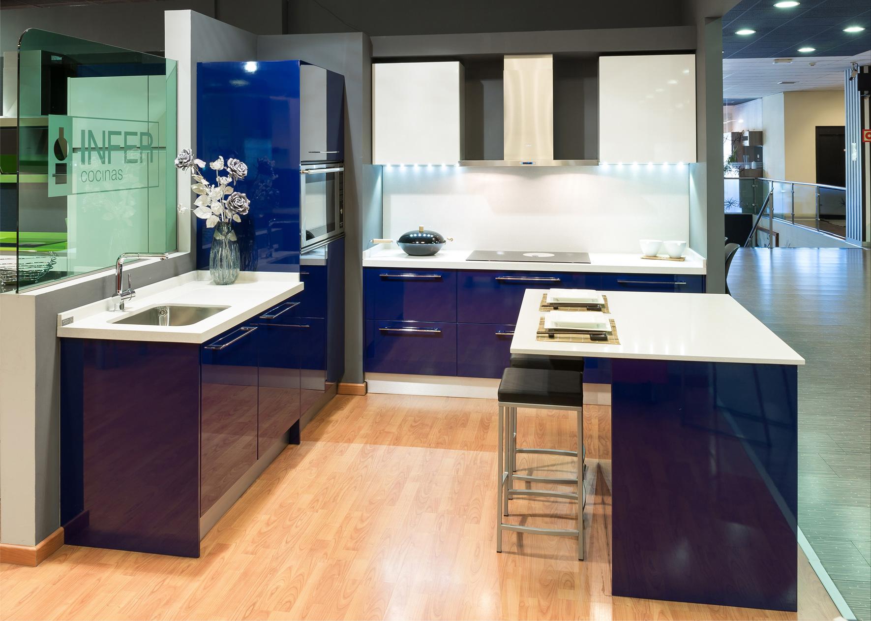 Cocinas azules rompe con lo establecido cocinas rio for Cocinas modernas blancas precios