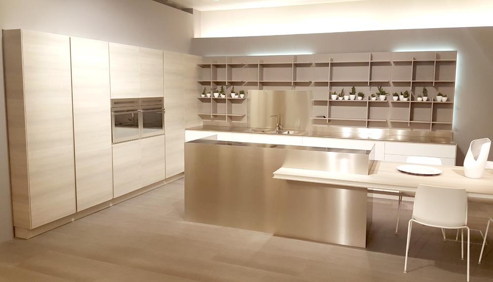 maderas y grises en el showroom de cocinas arrital