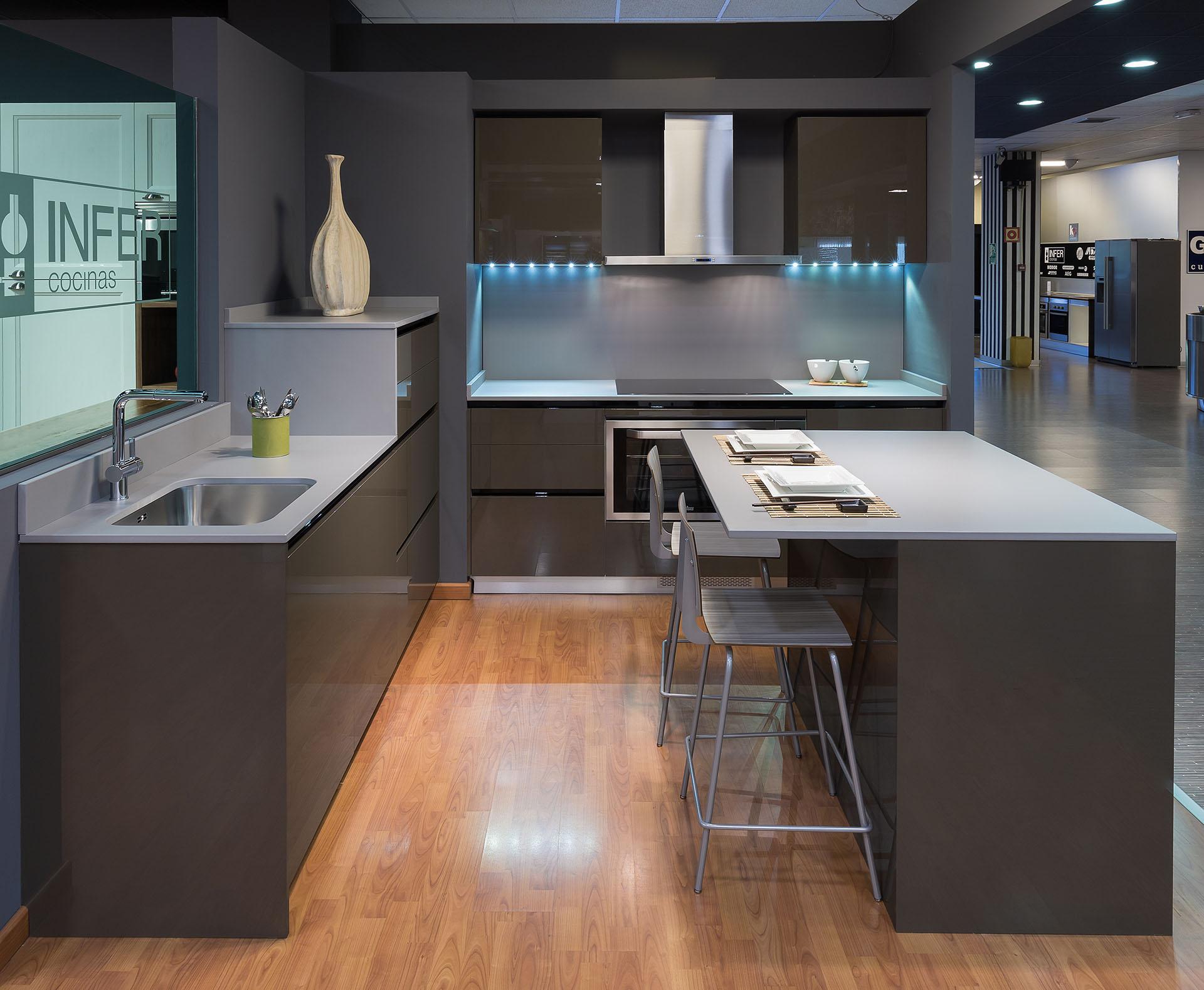 Las cocinas oscuras c mo hacerlas elegantes cocinas rio for Esmalte para muebles de cocina
