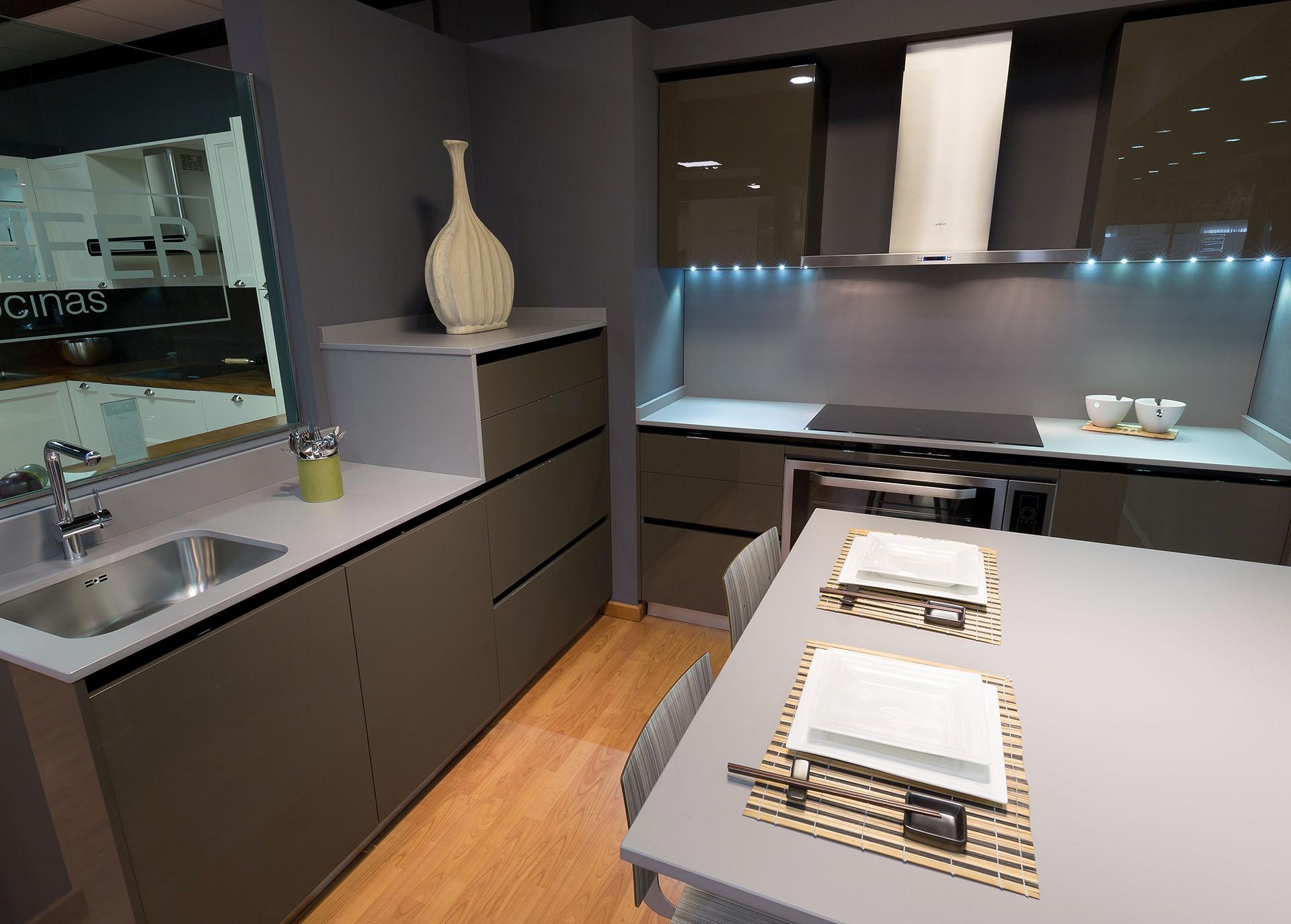 Las cocinas oscuras c mo hacerlas elegantes cocinas rio - Pintar encimera cocina ...