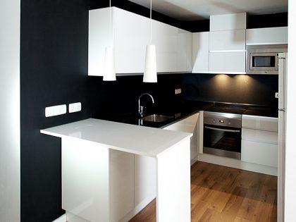 Un apartamento con una joya de cocina en su interior