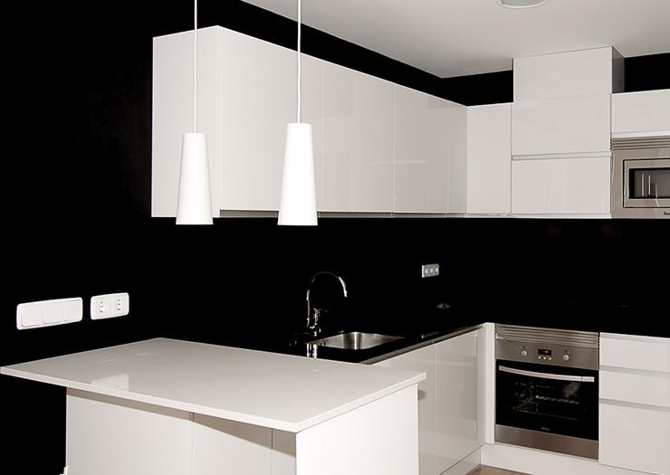 Un apartamento con una joya de cocina en su interior - Cocinas Rio