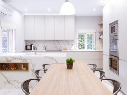 Entre el gris hielo y la madera en esta preciosa cocina de Pozuelo