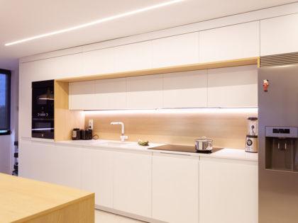 Una cocina amplia con uñero y pulsador